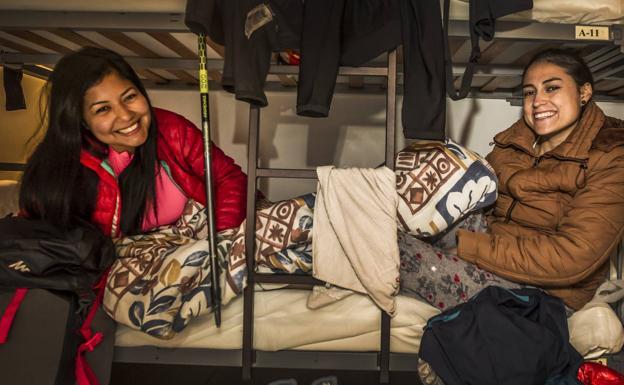 Magalí Aguilera y Karen Piñeros, en el albergue