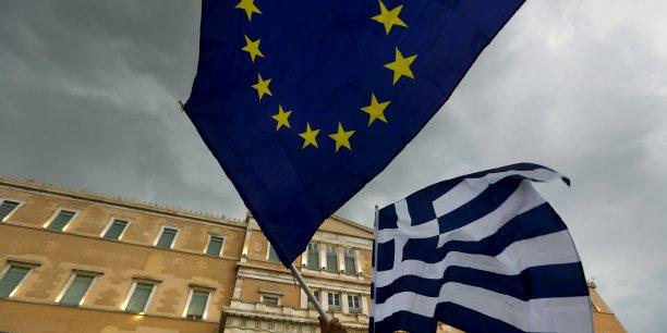 si la Grèce refuse la sortie de la zone euro, mais y est contrainte de facto, elle espère pouvoir imposer une redénomination de sa dette en nouvelle monnaie. En effet, Athènes pourra prétendre qu'on l'a « contrainte » à changer de monnaie. Dans ce cas, comment exiger de la Grèce qu'elle remboursât en devises sa dette ?