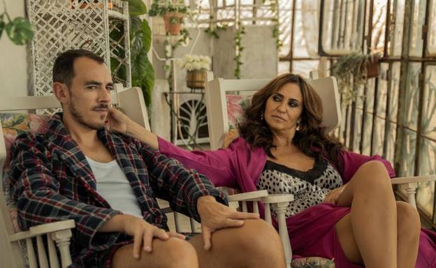 Melani Olivares with Alberto Casado in a scene from the series 'La reina del pueblo'.