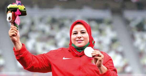 Saïda Amoudi brandissant sa médaille de bronze.