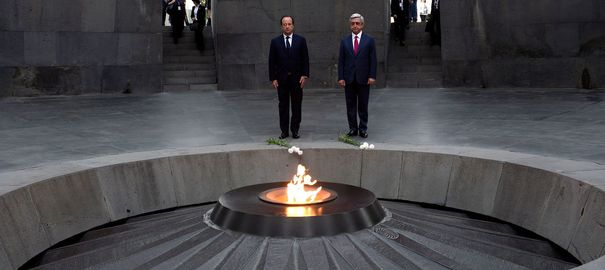 "François Hollande et le président arménien Serge Sarkissian à Erevan, en mai 2014. </p><br /> <p>French President Francois Hollande (C-L) and Armenian President Serzh Sarkisian pay tribute at the genocide memorial, which commemorates the 1915 mass killing of Armenians in the Ottoman Empire, in Yerevan, on May 12, 2014. Hollande started a three-day visit to the South Caucasus (Azerbaijan, Armenia and Georgia) on Sunday as he seeks to bolster European ties on Russia's southern doorstep amid the crisis in Ukraine. Hollande said his tour of Caucasus countries ""is not directed against anyone but aims to reinforce ties between Europe, France, and partners that today are independent and worried about their development"". AFP PHOTO / STEPHANE DE SAKUTIN"