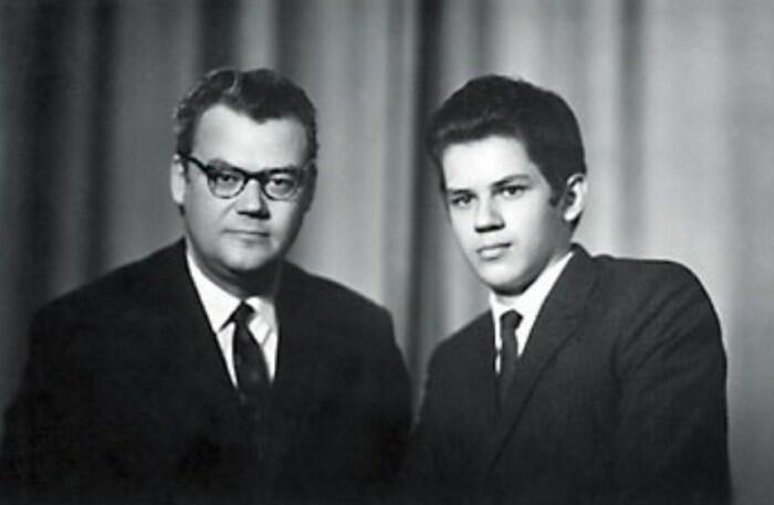 Аркадий Шевченко с сыном. Фото © Kulturologia.ru