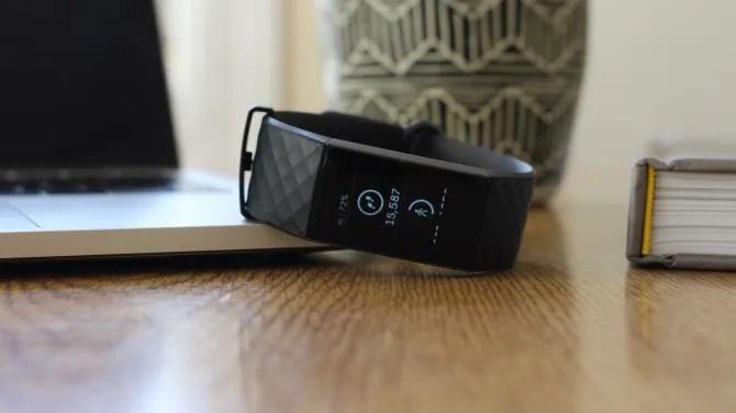 Fitbit Charge 3 sul tavolo circondato da articoli di Office