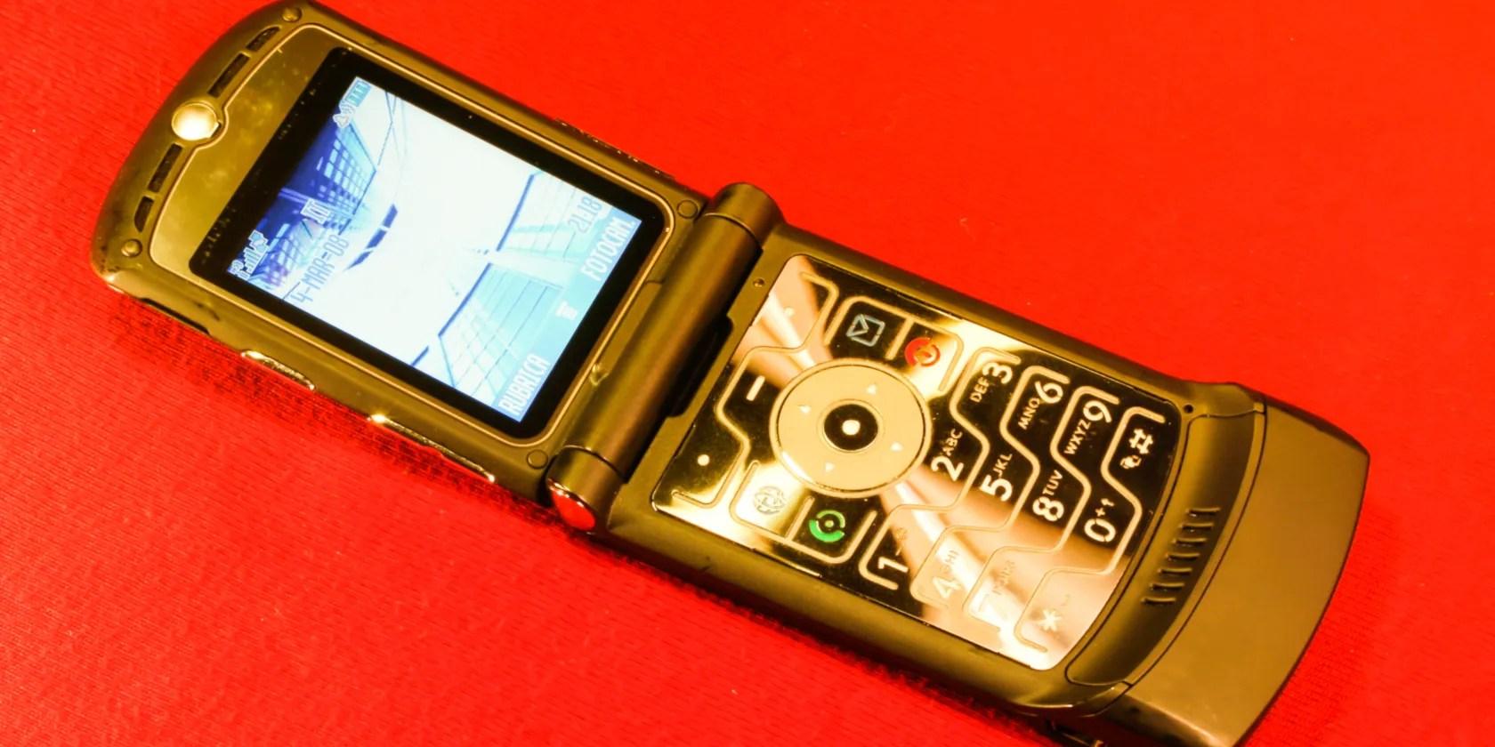 Un telefono Razr su uno sfondo rosso