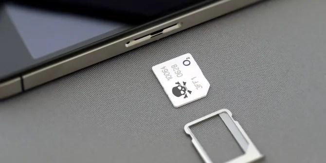 SIM-карта с пиратским логотипом рядом с iPhone