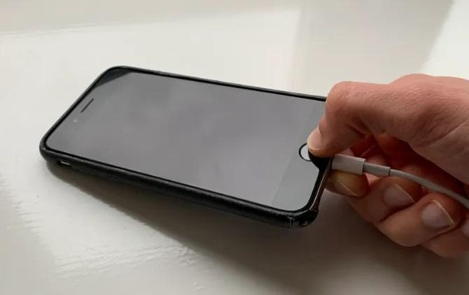 iPhone 6S с надавливанием на зарядный кабель