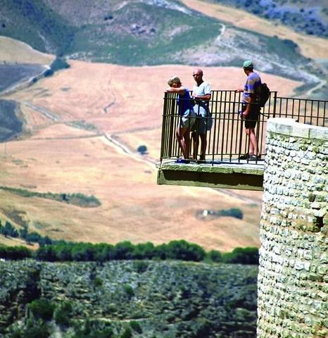 Turistas en la Alameda del Tajo de Ronda