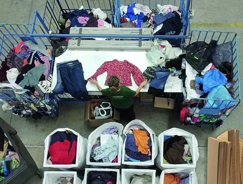 Humana clasificación ropa para reciclar 2017