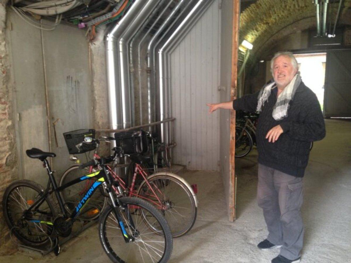 Jean Escartin dans un garage à vélos de l'hôpital où de l'amiante a été découverte. © ES