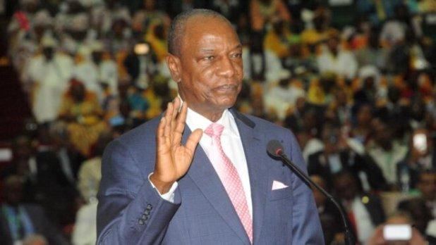 Prestation de serment d'Alpha Condé le 14 décembre 2015 à Conakry au cours de laquelle il a juré respecter la constitution et la limitation à deux mandats. (Cellou Binani / AFP)