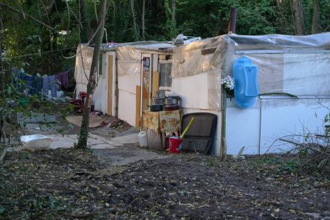 Le même jour dans le campement.