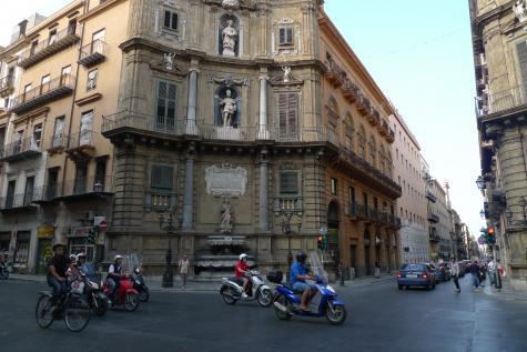 Au carrefour central de Palerme.