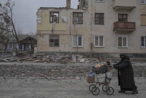 Le cessez-le-feu est en vigueur depuis le 15 fevrier 2015, dans les bois Ouglegorsk, des batteries de 152 mm tirent sur l'armée
