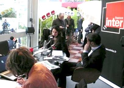 Le 21 mai, la ministre de la culture est interviewée sur France-Inter. Derrière elle, le conseiller du président, David Kessler.