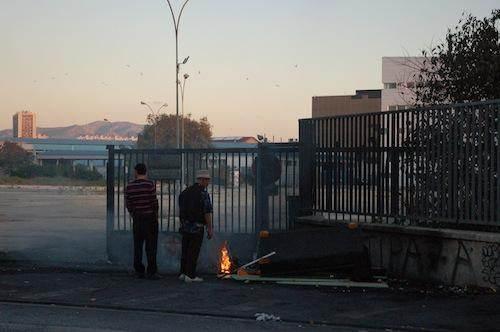 Près de l'unité d'hébergement d'urgence, des Roms font brûler des gaines pour récupérer le métal.