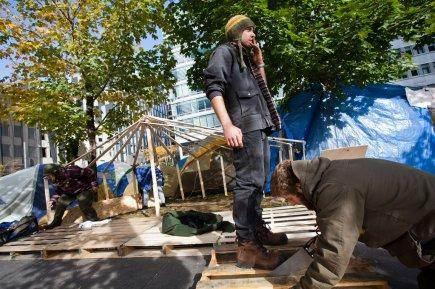 New York, samedi : des Indignés construisent un plancher pour se protéger du froid (E Planche-Fréchette/La Presse)