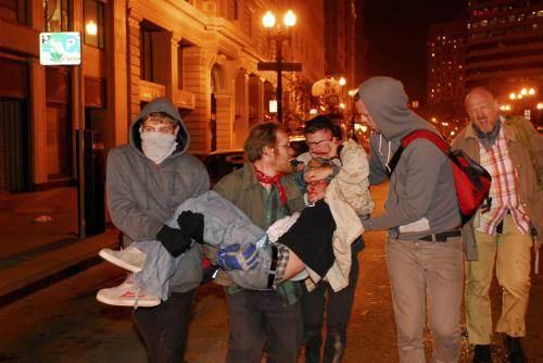 Oakland : Les charges de la police ont fait de nombreux blessés chez les manifestants.