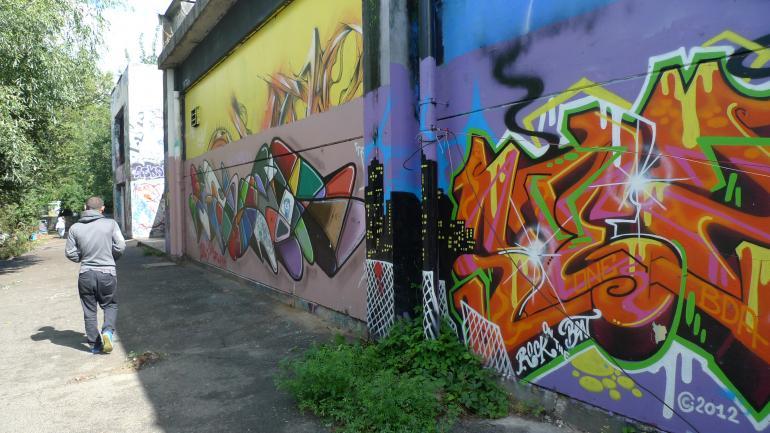 D'immenses graffitis à la sortie de l'usine. (CF)