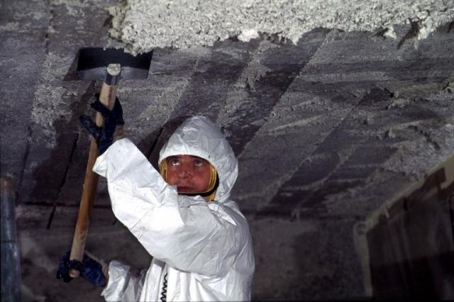 Un travailleur retire l'amiante des murs d'une école, à Nantes