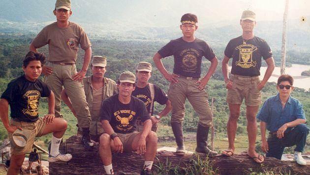 Ollanta Humala (sentado), con algunos de sus hombres en la base de Madre Mía.