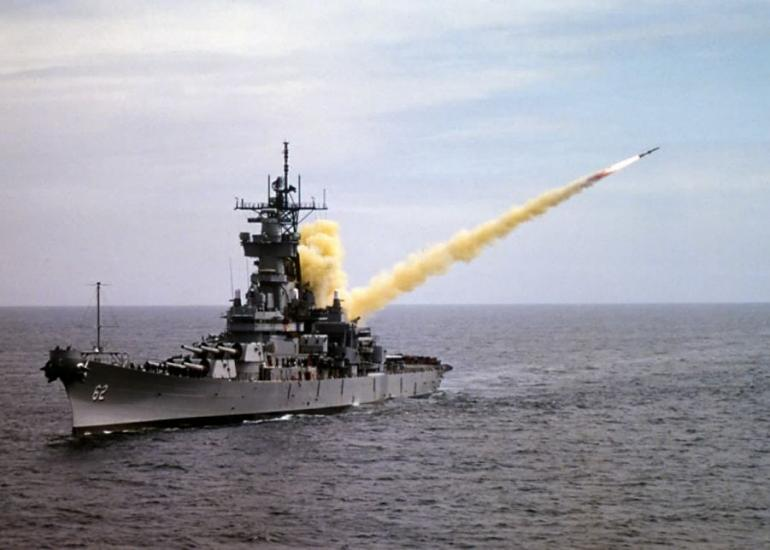 Tir d'un missile Tomahawk depuis un navire de guerre américain.