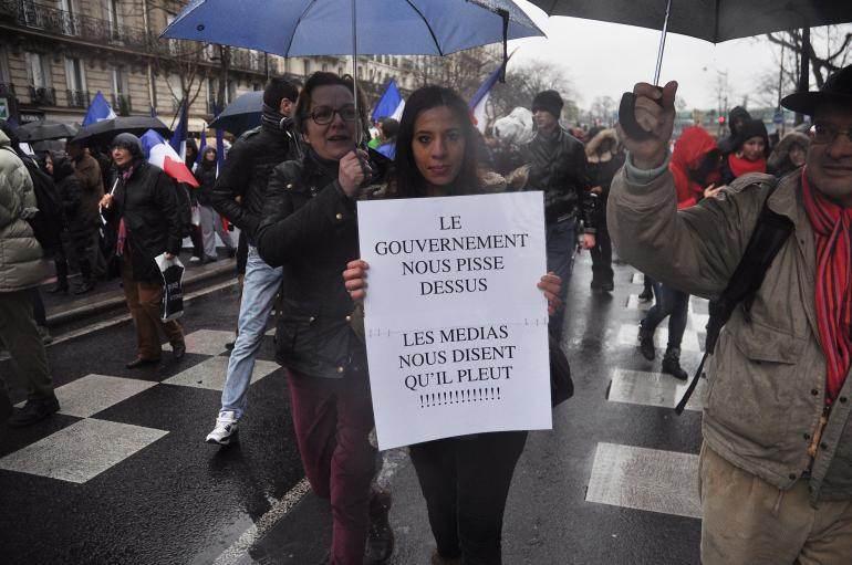 Pancarte d'une manifestante dans la foule.