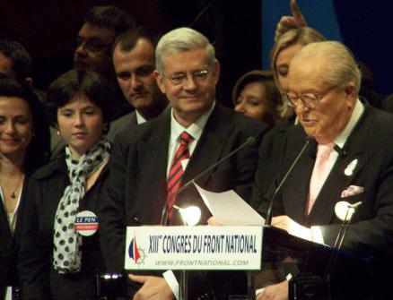 Laura Lussaud sur l'estrade du congrès du FN en 2007 à Bordeaux, avec Louis Aliot, Bruno Gollnisch, Marine et Jean-Marie Le Pen