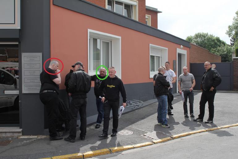 Les militants de Serge Ayoub, le 1er juin 2012, sur le marché d'Hénin-Beaumont. En rouge, Olivier Vivien. En vert, Sergueï.