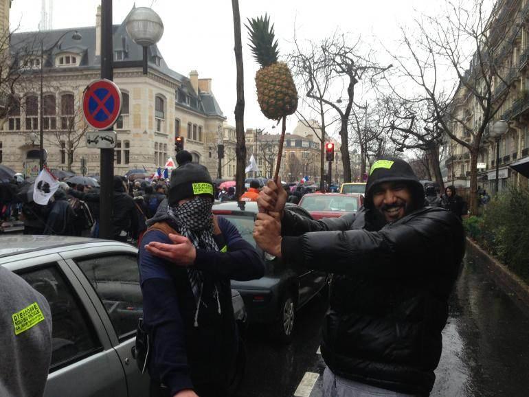 Des manifestants affichent deux des symboles de Dieudonné.