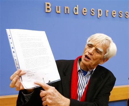 Hans-Christian Stroebele présente la lettre d'Edward Snowden à la presse.