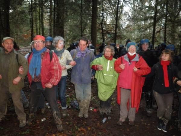 farandole devant les flics à la forêt de Roanne