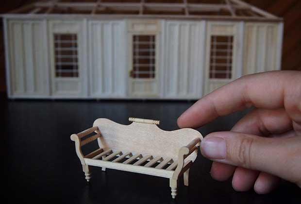 de minuscules meubles faits a la main la version adulte de la maison playmobil