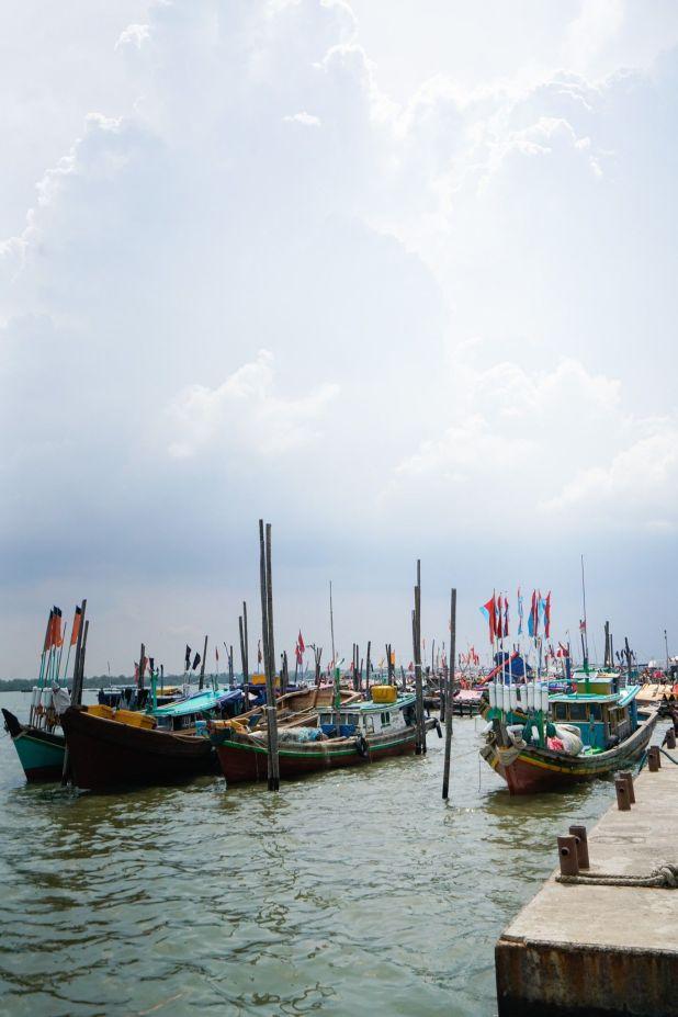 Los barcos pesqueros están amarrados en Sungsang, la mayor comunidad pesquera de Sumatra Meridional.