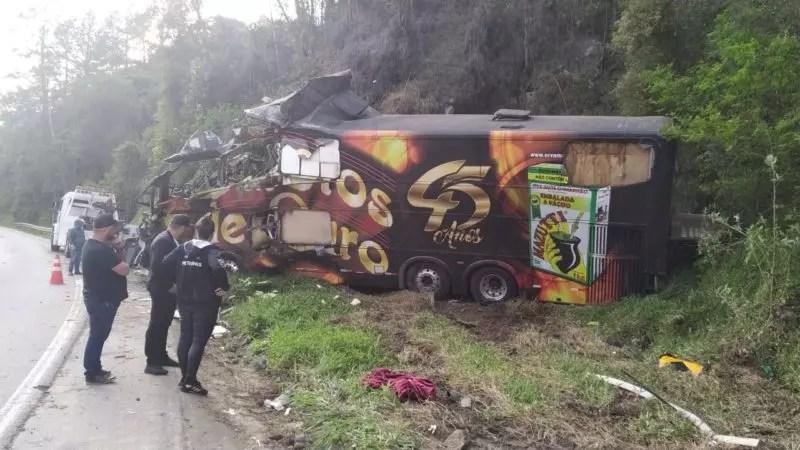 Imagens divulgadas pela PRF (Polícia Rodoviária Federal) mostram a destruição que ficou o ônibus onde estava Airton Machado, de 62 anos, vocalista da Banda Garotos de Ouro. – Foto: PRF/ND