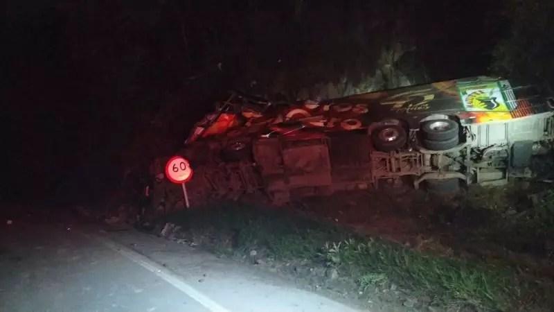 Testemunhas disseram que o ônibus, com placas de Criciúma (SC), teria ficado sem freio. A polícia trabalha no laudo do acidente. – Foto: PRF/ND