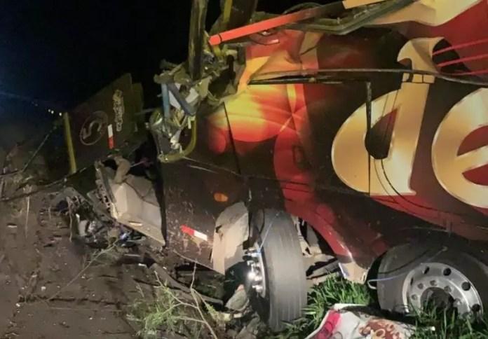 Veículo ficou completamente destruído após o acidente – Foto: Internet/ND