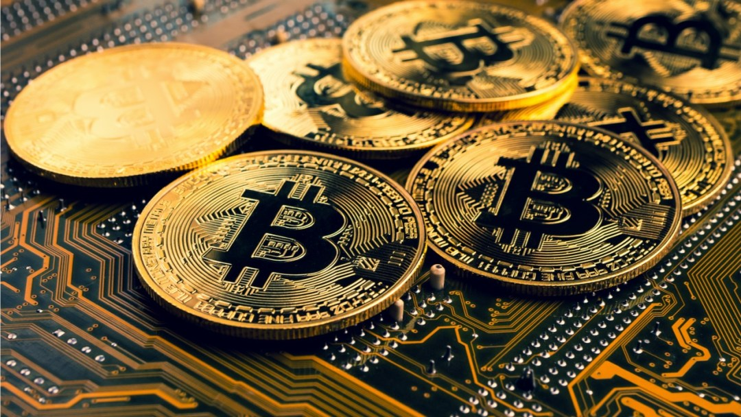 Bitcoin Quickly Jumps Above the $52K Zone Only to Get Pushed Back, Crypto Economy Climbs 3.5%