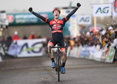 Laurens Sweeck se coroa após um bom jogo solo e perfeito com o campeão belga de ciclocross
