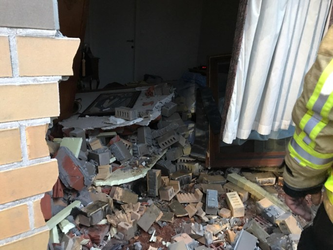 Delivery van enters bedroom after collision: resident wakes up just in time