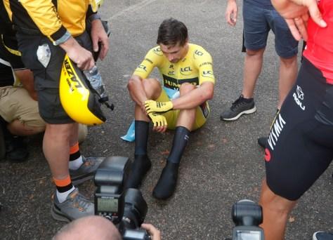 De lege blik van een man die net de Tour heeft verloren: Roglic toont zich grote verliezer, maar moet getroost worden door Van Aert