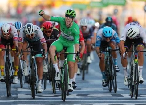 """Sam Bennett após a camisa verde e a vitória na Champs-Elysées: """"Tive pernas ruins, mas Dries Devenyns me arrastou"""""""