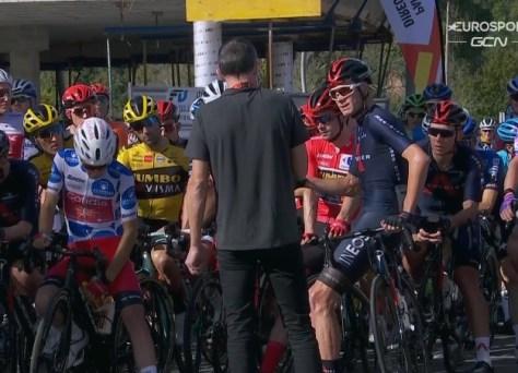 Agora também no protesto do piloto da Vuelta: Chris Froome faz uma pausa no início, pelotão segue o exemplo ... exceto para um piloto