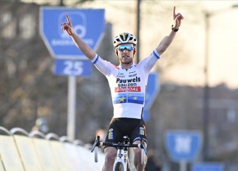 RESULTADO URBAN CROSS KORTRIJK.  Eli Iserbyt vence após uma retirada tardia, Wout van Aert imediatamente em terceiro quando ele retorna ao ciclocross