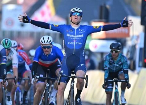 Sam Bennett corre para a vitória na primeira etapa Paris-Nice em uma corrida rápida