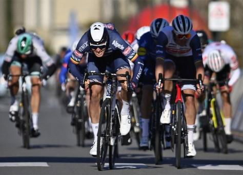 O favorito Tim Merlier dá um sprint poderoso e, portanto, vence o muito difícil Bredene Koksijde Classic