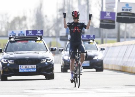 O forte Dylan Van Baarle dirige após um solo de 50 quilômetros até a vitória em Dwars por Vlaanderen