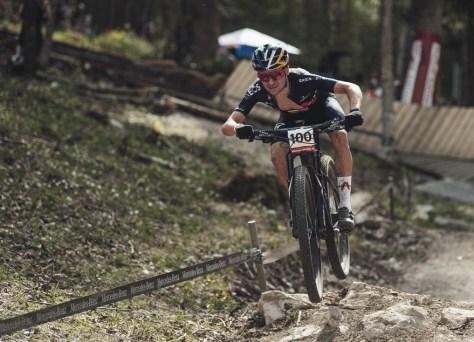 Supremo Tom Pidcock vence Mathieu van der Poel na Copa do Mundo de mountain bike em Nove Mesto