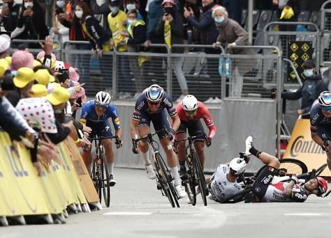 Fim da turnê para Caleb Ewan: o australiano da Lotto Soudal teve uma queda forte em plena corrida e desistiu com fratura na clavícula