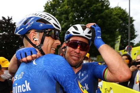 """Lágrimas de felicidade com Mark Cavendish após vitória inesperada no Tour: """"Achei que nunca mais voltaria aqui"""""""