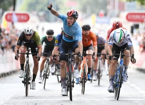 Ethan Hayter vence sprint na Volta à Grã-Bretanha, Wout van Aert lidera após acidente